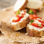 Бутерброды с клубникой и сыром