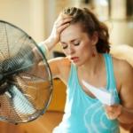 Девушка с вентилятором в жару