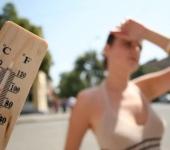 Женщина в городе в жару