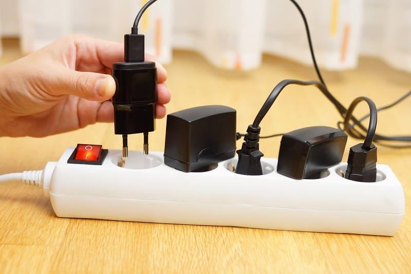 Можно ли оставлять зарядку от телефона в розетке?
