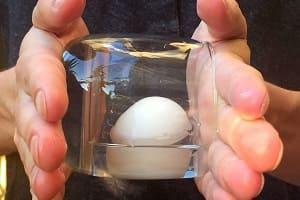 Как быстро очистить вареное яйцо с помощью стакана?
