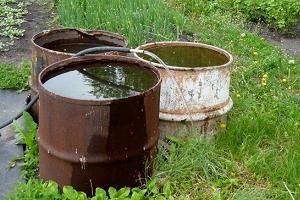 Вода в бочках для полива