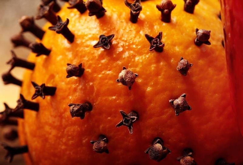 Апельсин с гвоздикой от пищевой моли