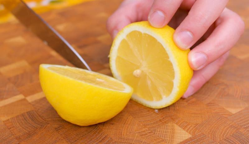 Разрезаем лимон пополам