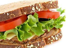 Бутерброд с листьями салата
