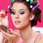 Девушка наносит макияж