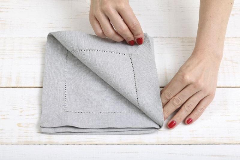 Складываем салфетку в карман для столовых приборов. Шаг2