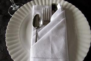 Салфетка, сложенная в форме кармана