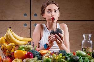 Девушка быстро ест
