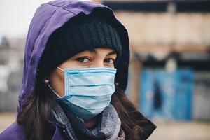 Девушка в медицинской маске на улице