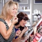 Девушки тестируют косметику в магазине