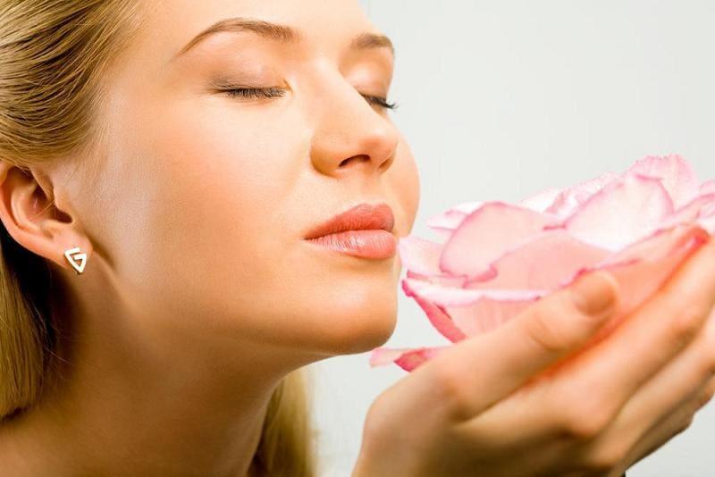 Девушка вдыхает аромат