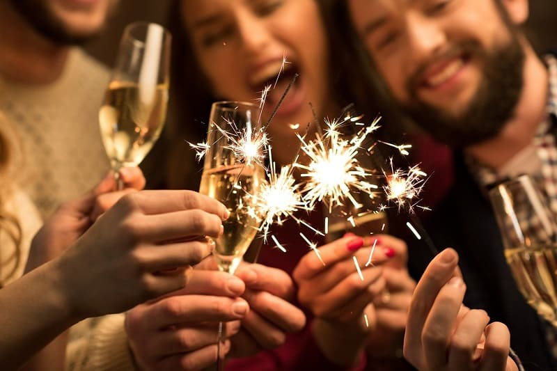 Шампанское и бенгальские огни на Новый год