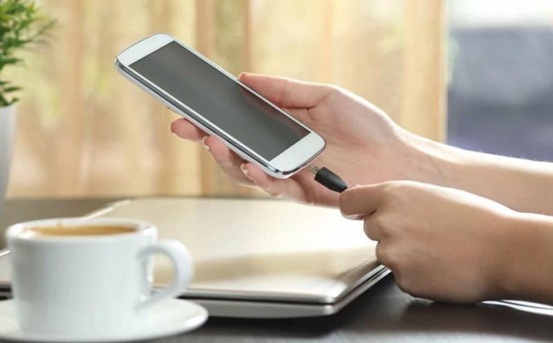 Подключаем зарядное устройство к телефону