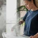 Девушка гладит футблоку