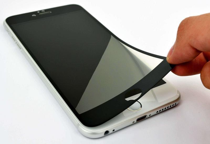 Наклеиваем защитное стекло на телефон