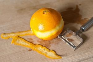 Счищаем цедру с апельсина овощечисткой