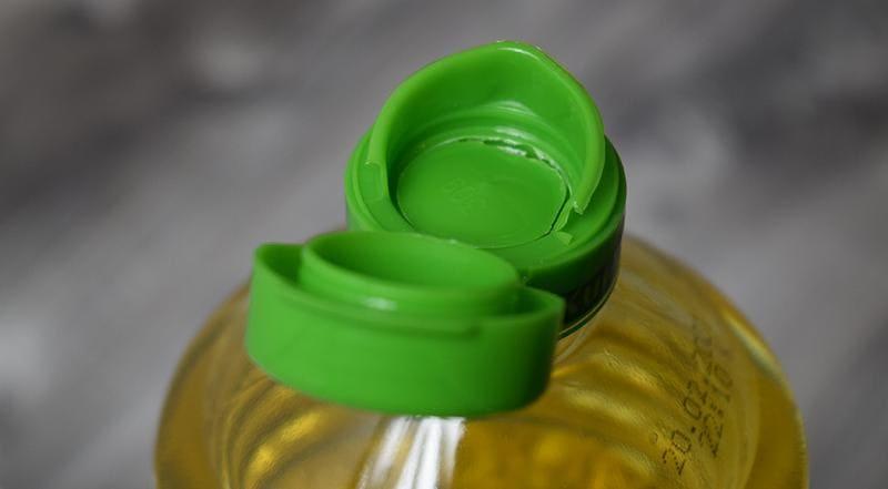Делаем дозатор из пробки для бутылки растительного масла