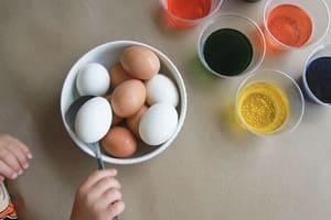 Варёные куриные яйца и красители