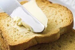 Намазываем сливочное масло на хлеб