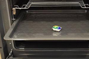 Таблетка от посудомоечной машины для чистки противня