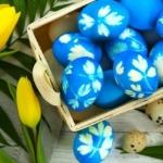 Пасхальные яйца окрашенные в чулках
