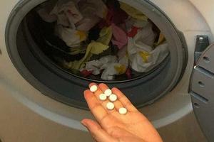 Добавляем аспирин в стиральную машину для отбеливания белья