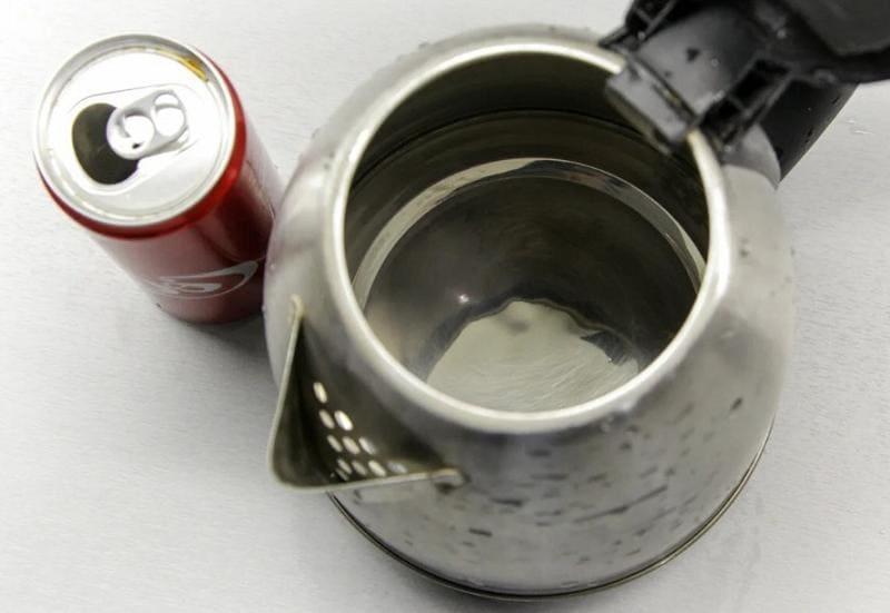 Очищаем чайник от накипи Кока-Колой