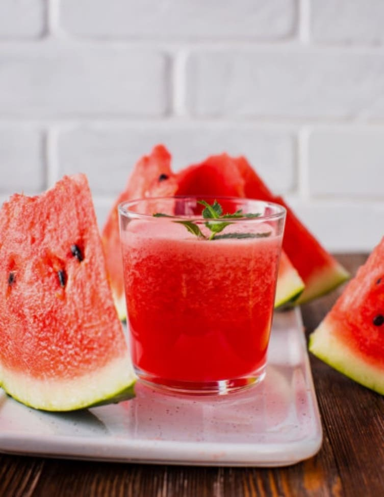 Кусочки арбуза и напиток из них