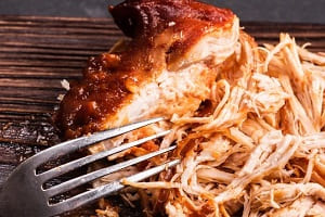 Измельчаем куриное филе вилкой