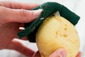 Очищаем молодой картофель от кожуры губкой