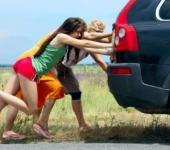 Девушки толкают машину