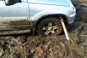 Автомобиль застрял в грязи