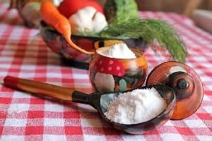 Соль в солонке на столе