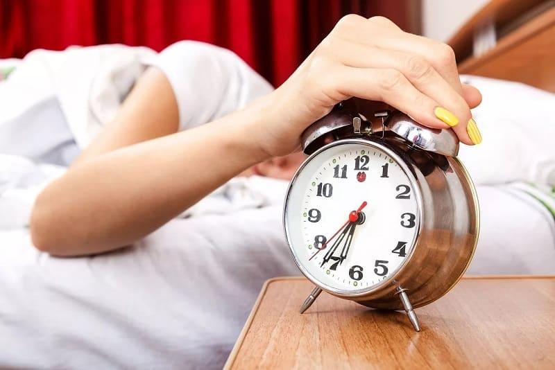 Звонит будильник утром