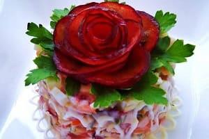 Свекольная розочка на салате