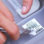 Как убрать следы от этикетки на пластике?